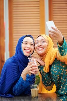 Muzułmańskie kobiety pozują do selfie