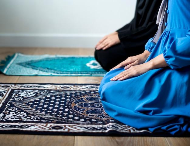 Muzułmańskie modlitwy w postawie tashahhud