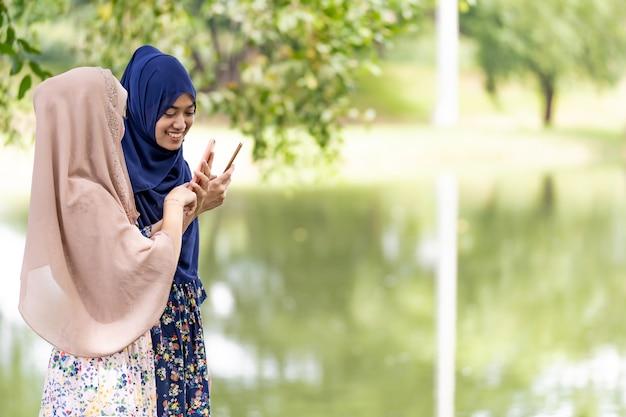Muzułmańskie nastolatki media społecznościowe
