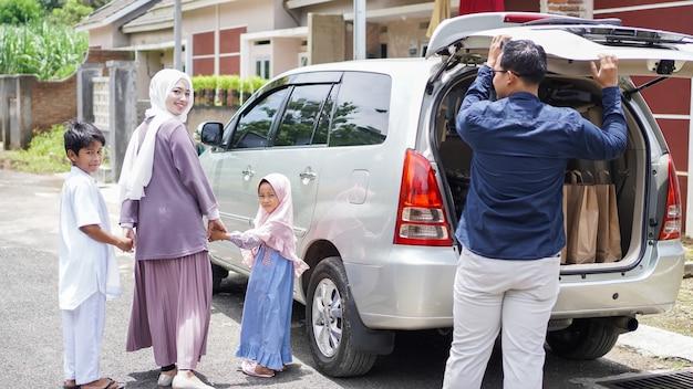 Muzułmańskie rodziny wracają samochodem do swoich rodzinnych miast, aby świętować eid