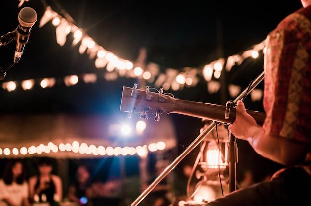 Muzycy grający na gitarze na festiwalach muzycznych światła koncerty muzyczne mini koncerty muzyka