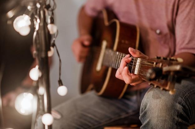 Muzycy grający na gitarze na festiwalach muzycznych, światłach, muzyce, koncertach, mini koncertach. festiwale muzyczne