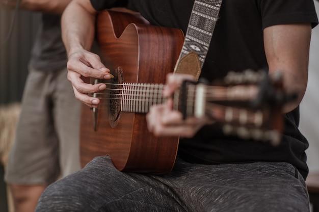 Muzycy sprawdzają brzmienie gitary i próbują grać na gitarze przed imprezą
