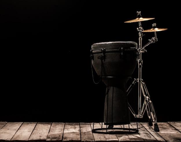 Muzyczne instrumenty perkusyjne na czarnej ścianie