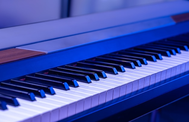 Muzyczne klawisze w niebieskim świetle
