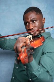 Muzyk afroamerykański świętujący międzynarodowy dzień jazzu