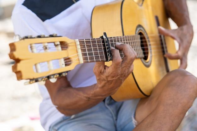 Muzyk flamenco grający na gitarze hiszpańskiej w granadzie ..