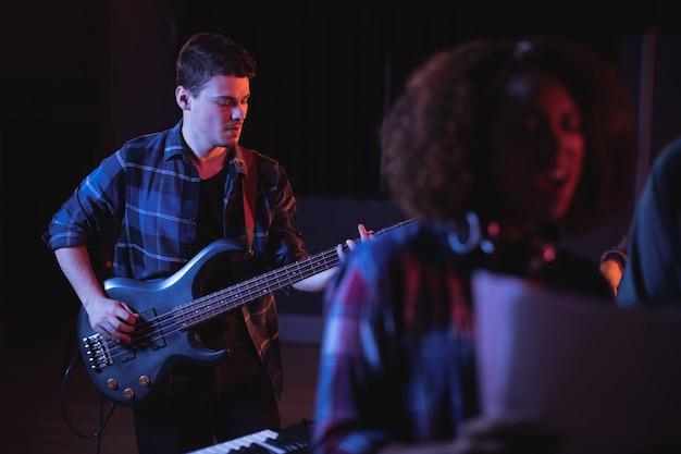 Muzyk grający na gitarze elektronicznej w studio