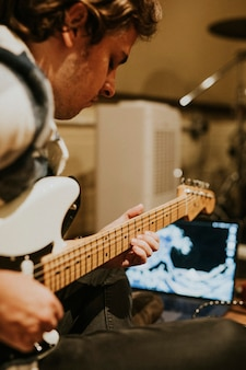 Muzyk grający na gitarze elektrycznej, fotografia estetyczna