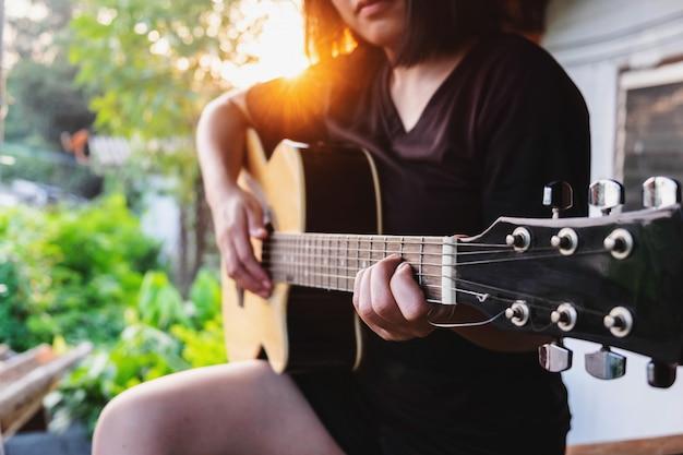 Muzyk grający na gitarze klasycznej