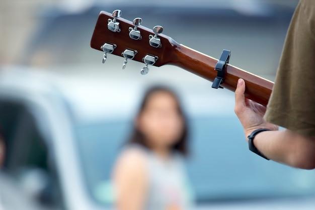 Muzyk grający na gitarze na ulicy. muzyka i kreatywność.