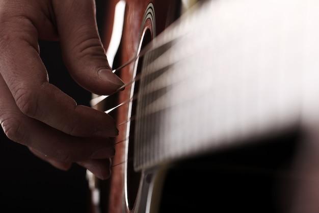 Muzyk grający na gitarze