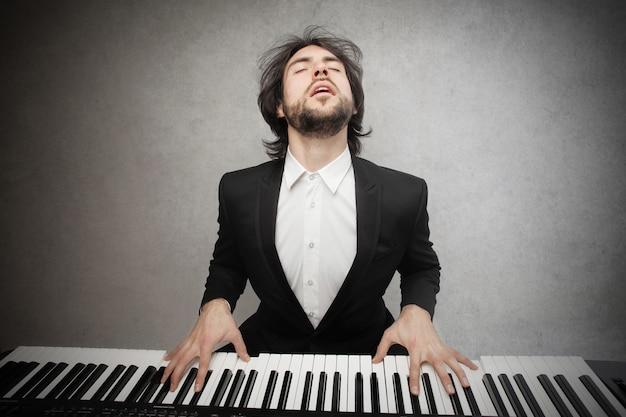 Muzyk grający na pianinie