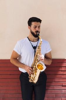 Muzyk grający na saksofonie w widoku z przodu