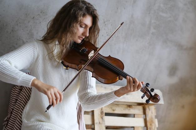 Muzyk grający na skrzypcach