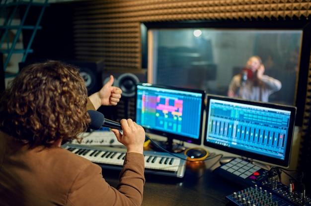 Muzyk i artystka, studio nagrań
