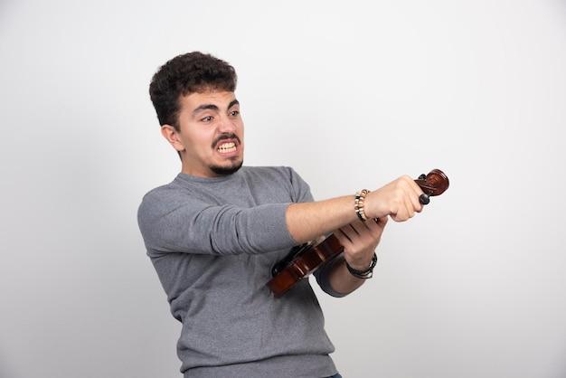 Muzyk jest zdenerwowany swoim występem na skrzypcach.
