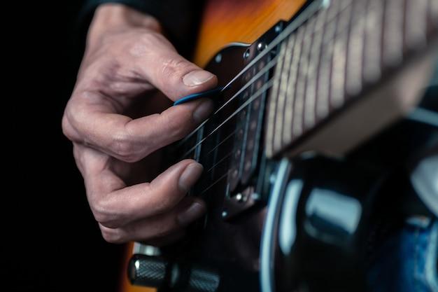 Muzyk mężczyzna gra na gitarze elektrycznej