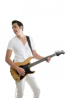 Muzyk młody człowiek bawić się gitarę elektryczną