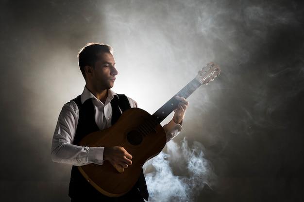 Muzyk na scenie grający na gitarze