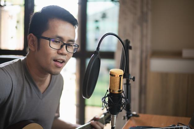 Muzyk nagrywanie muzyki w domowym studio muzycznym