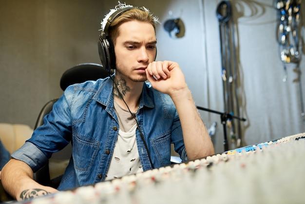 Muzyk słuchający nagrania piosenki