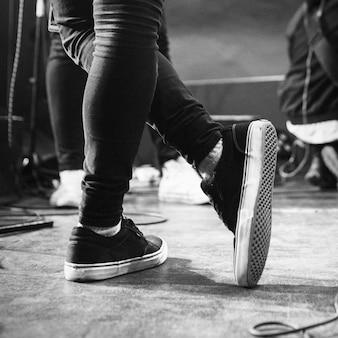 Muzyk stojący na scenie
