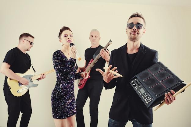 Muzyk tańczy z automatem perkusyjnym