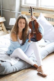 Muzyk w łóżku