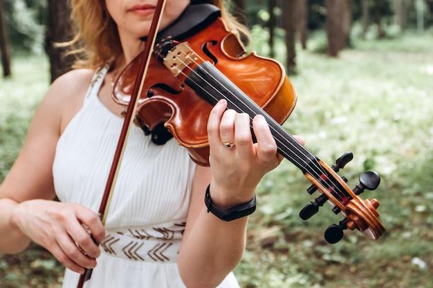 Muzyk wykonuje na ślubie na świeżym powietrzu.