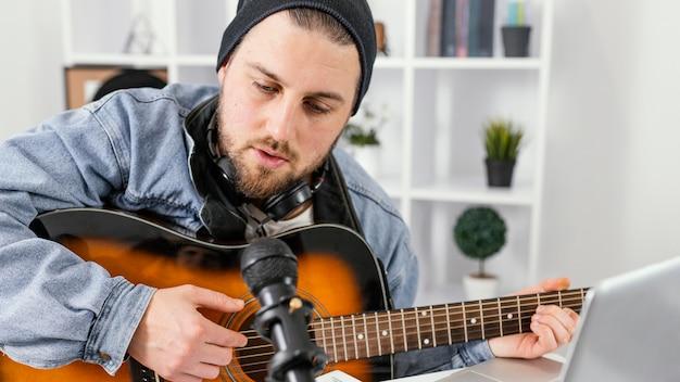 Muzyk z bliska śpiewa w pomieszczeniu