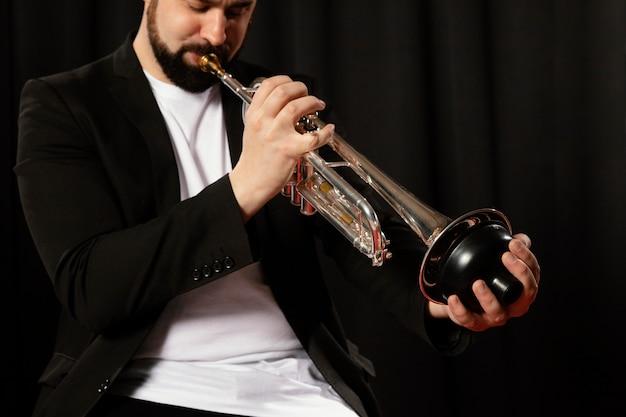 Muzyk z pasją świętujący dzień jazzu