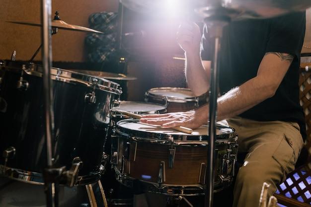 Muzyk z perkusją