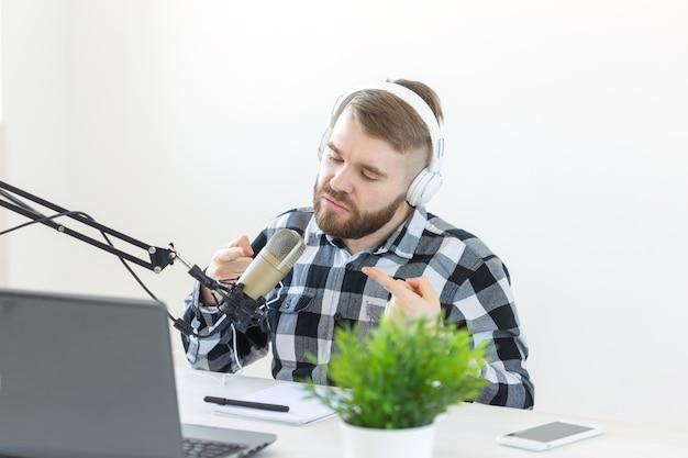 Muzyka dj blogowanie i koncepcja nadawania mężczyzna gospodarz radiowy z zabawnym wyrazem