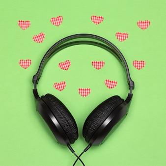 Muzyka dla zakochanej koncepcji słuchawki z małymi tekstylnymi serduszkami romantyczne piosenki o miłości