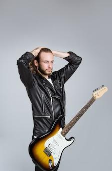 Muzyka rockowa przystojny brodaty mężczyzna z gitarą gitara elektryczna mężczyzna z gitarą brutalny mężczyzna z elektrycznością