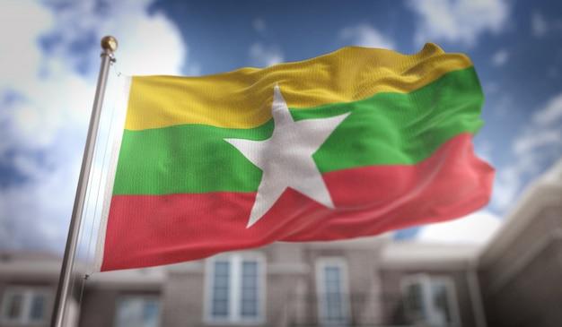 Myanmar flaga 3d renderowania na tle błękitne niebo budynku