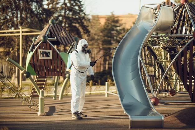 Mycie i dezynfekcja na placu zabaw w kompleksie sity wśród epidemii koronawirusa.