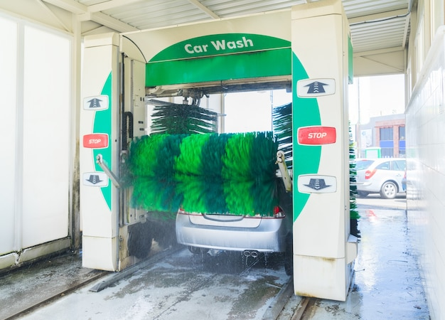 Mycie jednego szarego samochodu wodą na stacji