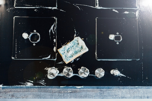 Mycie kuchenki gazowej z ceramiki szklanej czarna płyta grzewcza