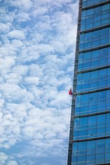 Mycie okien wieżowca liną. specjalistyczne miejsca pracy zagrożone