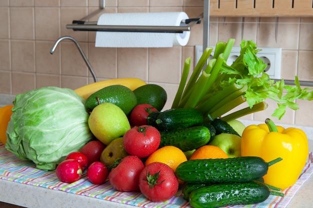 Mycie owoców i warzyw po zakupach w sklepie spożywczym
