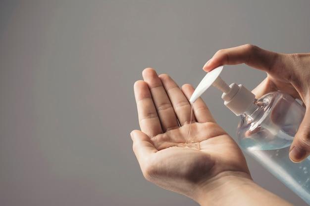 Mycie rąk alkoholowym żelem dezynfekującym i bakteriami antywirusowymi, zapobiega rozprzestrzenianiu się zarazków i bakterii oraz zapobiega infekcjom wirusa koronowego w domu.