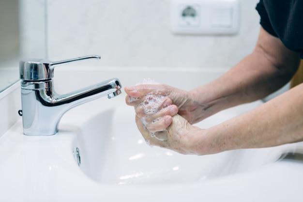 Mycie rąk mydłem i gorącą wodą