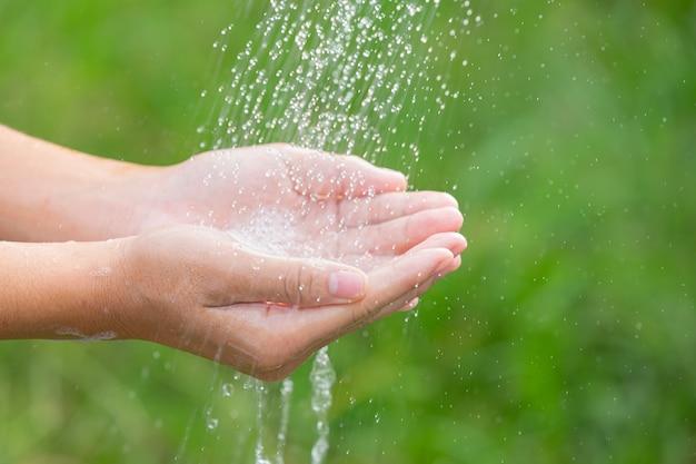 Mycie rąk mydłem w celu zapobiegania chorobom