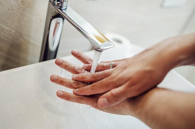 Mycie rąk mydłem w celu zapobiegania koronawirusowi, higiena, aby zatrzymać rozprzestrzenianie się koronawirusa.