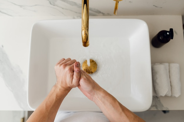 Mycie rąk pocieranie mydłem w celu higieny zapobiegania koronawirusowi, aby zatrzymać rozprzestrzenianie się koronawirusa