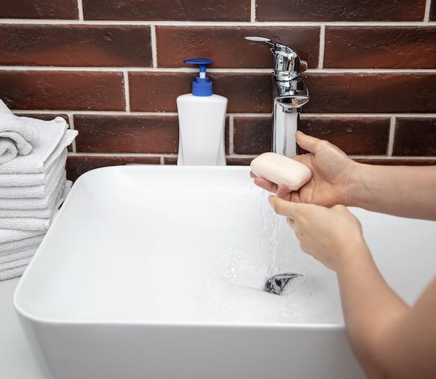 Mycie rąk stałym mydłem. pojęcie higieny osobistej i zdrowia.