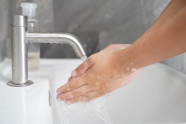 Mycie rąk w celu zapobiegania nowej chorobie koronawirusa 2019 lub covid-19.