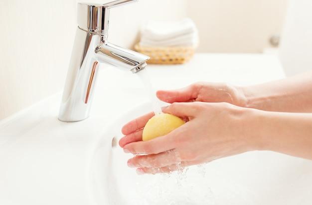 Mycie rąk w łazience, zbliżenie zdjęcia